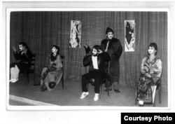 """Scenă din """"Englezește fără profesor"""" de Eugen Ionescu în interpretarea trupei de Teatru Ars Amatoria & Fiii. De la dreapta la stânga: Lucian Ștefănescu (Dl Smith), Adelina Groșan (Dna Martin), Ioan Gyuri Pascu (Dl Martin), Leonard Dan (Pompierul) și Diana Cozma (Dna SMith). Regia: Ion Vartic. Asistent de regie: Liviu Malița. Sala Mihai Eminescu a Facultății de filologie a Universității din Cluj,1985"""