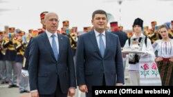 Pavel Filip și Volodimir Groisman la aeroportul Chișinău.