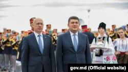 Премьер-министры Молдовы и Украины Павел Филип и Владимир Гройсман в аэропорту Кишинева