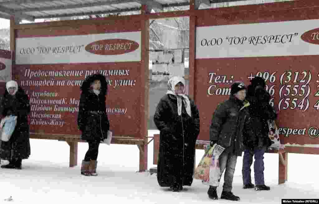 Из-за холодов сильно затруднено движение городского транспорта. Поэтому горожаны подолгу стоят в ожидании автобуса и троллейбуса.