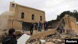 مصريون يقفون خارج كنيسة قبطية في مصراتة بعد إنفجار ألحق فيها بعض الأضرار