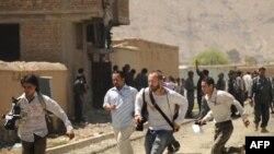 کابل کې د پولیسو او وسله والو ترمنځ د ډزو پر مهال خبریالانو څان خوندي کوي: ۲۰۰۹ کال