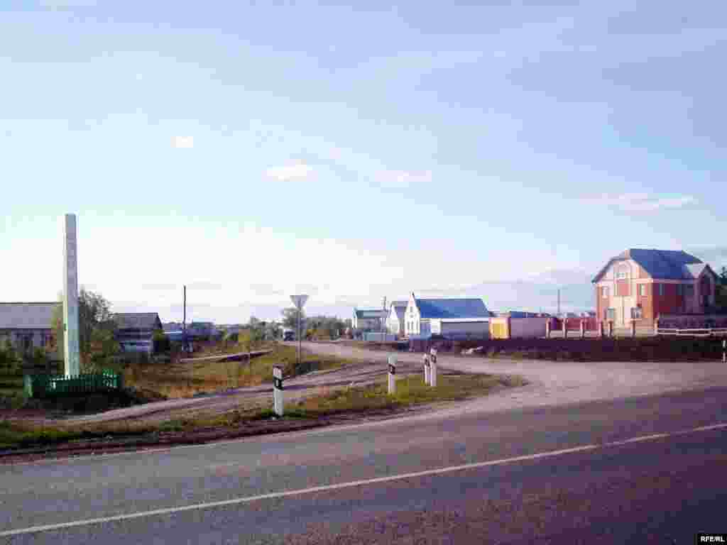 Чуашстанның Озын куак авылында федераль юл янында урнашкан