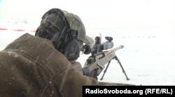 Експерт зі снайпінгу Тарас Олійник показує, як працює гвинтівка