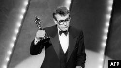 """Милош Форман """"Амадей"""" фильмі үшін """"Оскар"""" сыйлығын алып тұр. АҚШ, 25 наурыз 1985 жыл"""