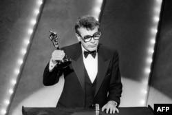 """ABŞ- Miloş Formana """"Amadeus"""" filminə görə """"Oskar"""" təqdim edilir. (1985)"""