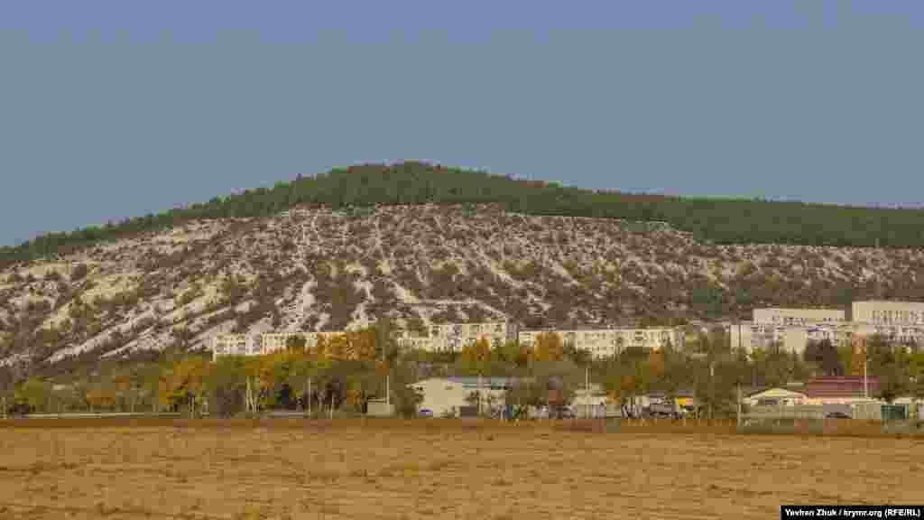 Вершина одноименной горы едва ли сейчас похожа на «сахарную» – она засажена лесом