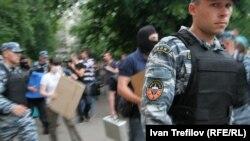 Після обшуку в помешканні Олексія Навального 11 червня 2012 року виносять вилучене