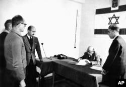آیشمن در زمان تمدید قرار بازداشتش در دادستانی حیفا، ۹ مارس ۱۹۶۱