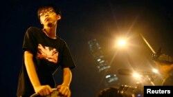 Лидер студенческого движения Гонконга Джошуа Вон после речи перед манифестантами