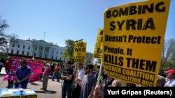 Сирияга жасалган ракеталык соккудан кийин Ак үйдүн жанына чогулган демонстранттар. Вашингтон, 14-апрель, 2018-жыл.