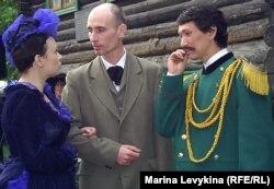 Актёры играют Достоевского, его супругу Марию и Шокана Валиханова. Семей, 16 мая 2012 года.