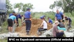 Женщины и дети на строительстве дамб перед затоплением в Еврейской автономии
