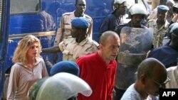 Перед началом судебного процесса в Нджамене. Подсудимых (в центре) конвоируют на их место