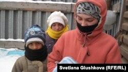 Мигранттардың балалары Шахрух (сол жақта), Әзиза (ортада) және Гүлмира Арзықұловтар. Астана, 15 қараша 2012 жыл.