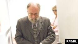 Глава ЦИК Владимир Чуров проголосовал по открепительному удостоверению на избирательном участке №3 на Старом Арбате потому, что неподалеку жили его бабушка и дедушка