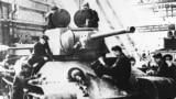Radnici sastavljaju tenk T-34 u pogonu stojeva Uralmaš tijekom Drugog svjetskog rata u Sverdlovsku, 1942.