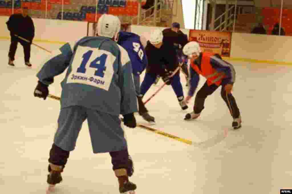 Бишкекте шаардык муз аянты курулгандан бери хоккей ойноого кызыгуу күч алды. - Первый открытый чемпионат по хоккею в Бишкеке.