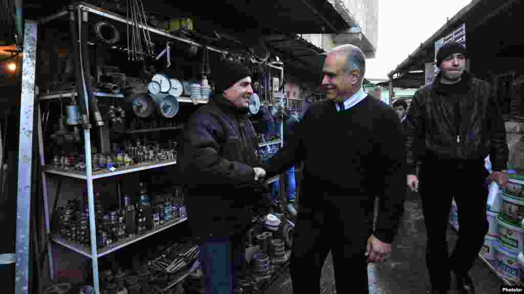 Armenia - Opposition presidential candidate Raffi Hovannisian campaigns in Yerevan, 22Jan2013.