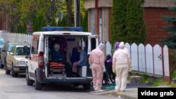 Evakuacija korisnika i zaposlenih u Gerontološkog centru u Nišu koji su inficirani virusom korona. 13. april 2020.(Ilustracija)