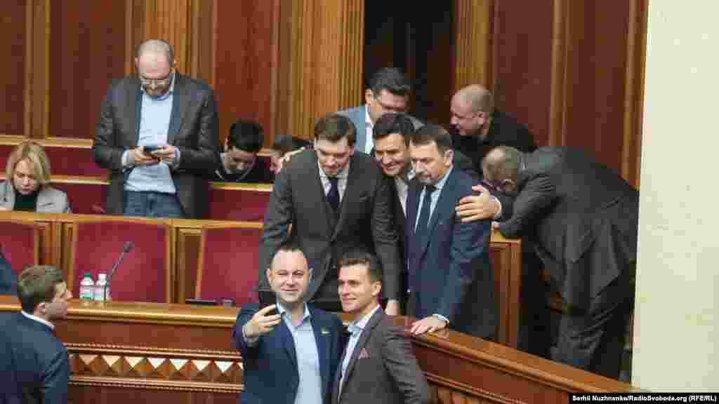 Олексій Гончарук робить «селфі» з народними депутатами від «Слуги народу».