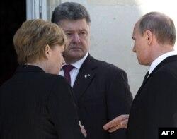 Канцлер Німеччини Анґела Меркель і президенти України і Росії, Петро Порошенко (в центрі) і Володимир Путін