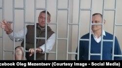 Микола Карпюк (п) і Станіслав Клих (л) на суді у Грозному, архівне фото