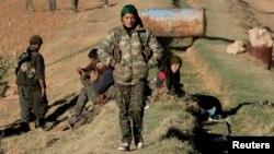 مقاتلات من وحدات حماية الشعب الكردي