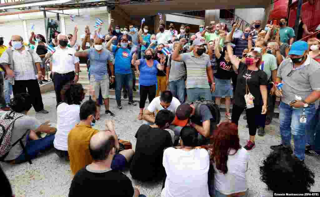 По данным международных правозащитных организаций, сейчас на Кубе в тюрьмах сидят не менее 300 политических заключенных