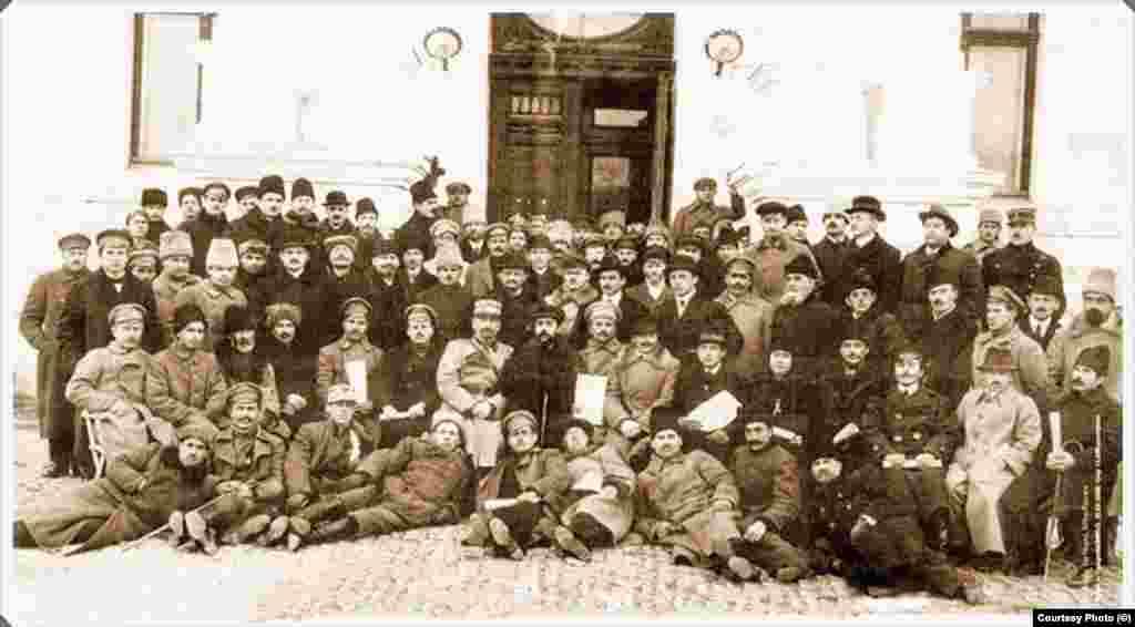Sfatul Țării din Basarabia reunit la Chișinău, după votul privind Unirea cu România, la 27 martie 1918. Votul în favoarea Unirii a fost dat și de celelalte etnii, nu numai de români care reprezentau numai două treimi din populația fostei gubernii țariste. Ca și în cazul Bucovinei, un rol important l-a jucat și teama de regimul bolșevic al lui Lenin. Între 1918 și 1921, războiul civil avea să facă în fostul Imperiu Țarist peste 13 milioane de victime.
