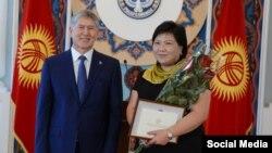 Назгүл Мамытова мурунку президент Алмазбек Атамбаев менен.