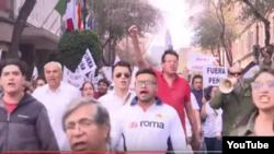 Мехико қаласында бензин бағасының қымбаттауына қарсылық шеруіне шыққандар. YouTube сайтындағы видеодан скриншот.