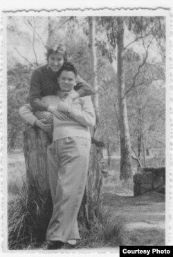 În 1956, la Melbourne, Australia, cu soţia