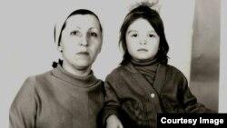 Пятилетняя Полина Жеребцова с мамой