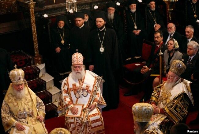 Вселенський патріарх Варфоломій (справа), Александрійський патріарх Феодор Другий (посередині) та глава РПЦ патррарх Кирил під час служби в Стамбулі після одного з синаксів Константинопольської церкви.