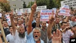 Мусульмане требуют выделить землю для новой мечети в Приштине. Косово, 2 сентября 2011 года.