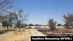 Бетонное ограждение в Арыси, за которым — воинская часть. Туркестанская область, 29 июня 2019 года.