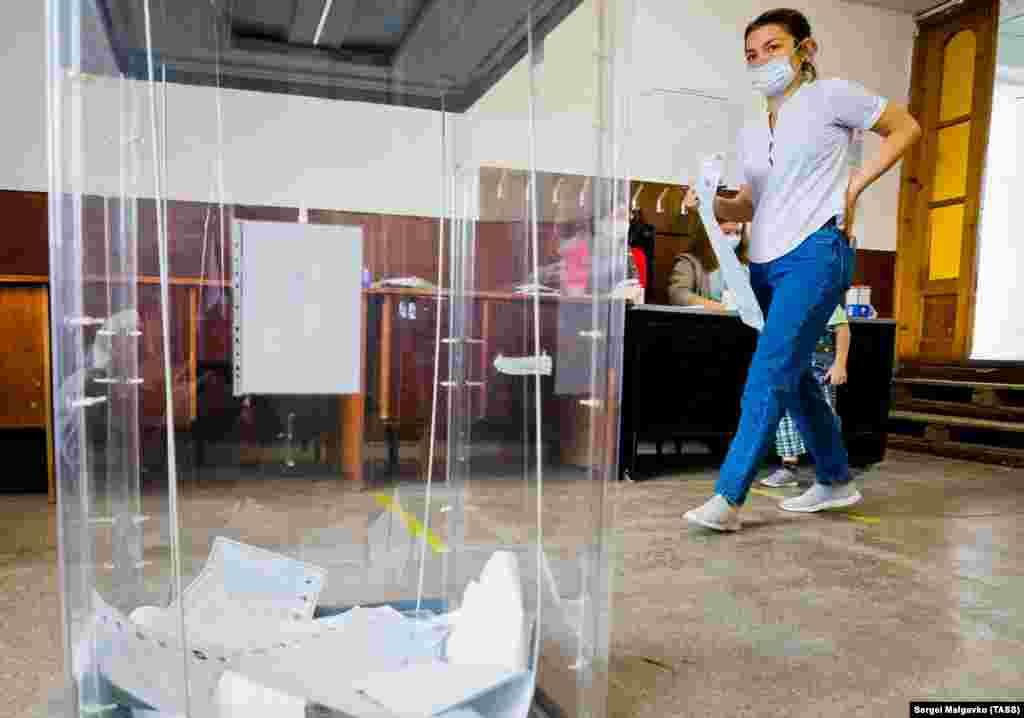 Жінка під час голосування на російських виборах до Держдуми на виборчій дільниці № 554 у Бахчисараї, 18 вересня