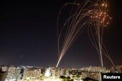 Протиракетна система «Залізний купол» перехоплює ракети, випущені зі Змуги Гази по території Ізраїлю, 11 травня 2021 року