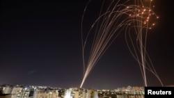 """Светлосните ленти се гледаат откако израелскиот антиракетен систем """"Iron Dome"""" пресретна ракети лансирани од Појасот Газа кон Израел, како што се гледа од Ашкелон, Израел. 11 мај 2021 година."""