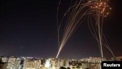 """İsrailin Dome (Qübbə) hava hücumundan müdafiə sistemi Həməsin raketlərini """"tutarkən"""""""