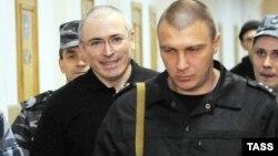 Михаил Ходорковский (слева), находясь в заключении, смог выиграть иск против России и распорядиться полученными деньгами в благотворительных целях.