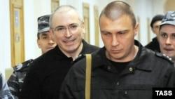 Михаил Ходорковский покидает здание суда