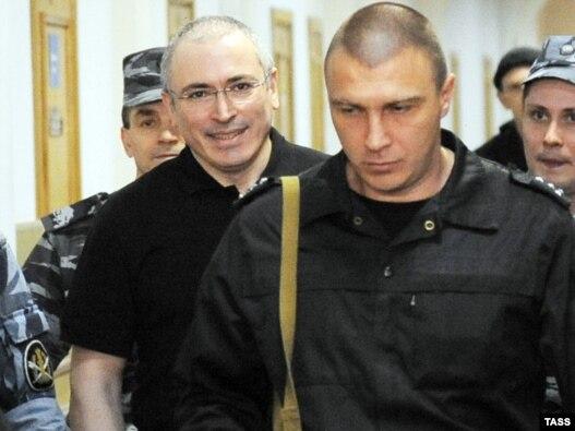 Экс-глава ЮКОСа Михаил Ходорковский твердо встал на путь исправления, освоив в заключении принципиально новую для себя специальность - журналиста.
