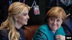 Дочь президента США Дональда Трампа Иванка Трамп и канцлер Германии Ангела Меркель (справа) на встрече с предпринимателями в Белом доме. Вашингтон, 17 марта 2017 года.