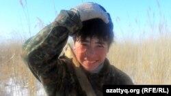 Нурсултан Издегенов, житель села Белкопа, идет на порубку камыша, 19 февраля 2012 года.