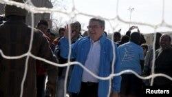 «توماس باخ» رئیس کمیته بینالمللی المپیک در دیدار از یک کمپ پناهجویان در یونان از شرکت ورزشکاران پناهجو در المپیک آینده خبر داد