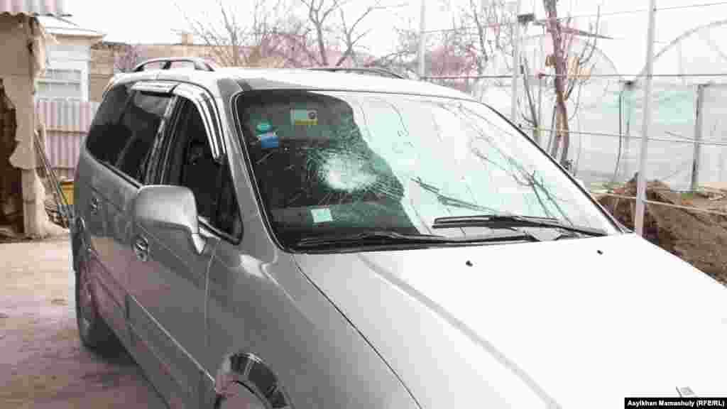 Автомобиль с поврежденным лобовым стеклом. Его хозяин Архам Абдураимов говорит, что 5 февраля молодые бросали камни в его машину.