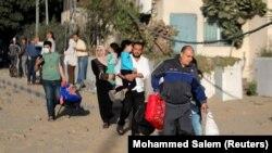 Palesztin civilek evakuációja Gázában az izraeli légicsapások során, 2021 májusában