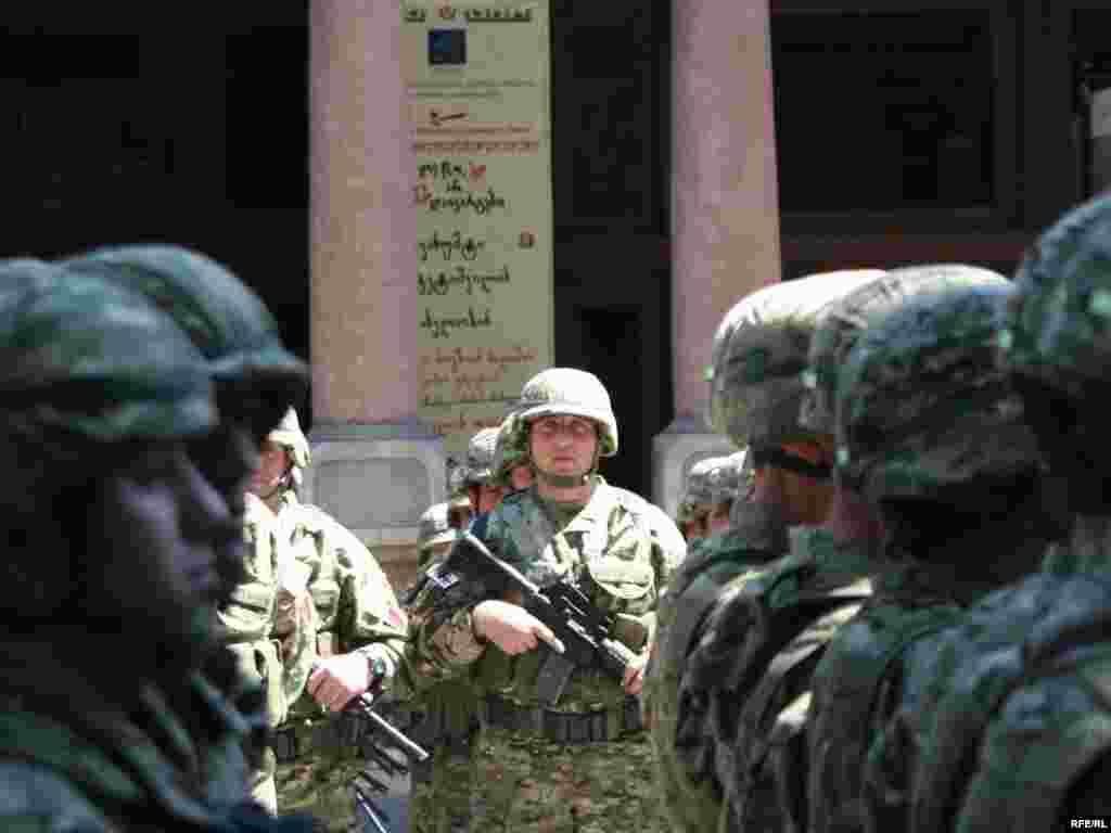 სამხედრო აღლუმი 11:00 საათზე დაიწყო.